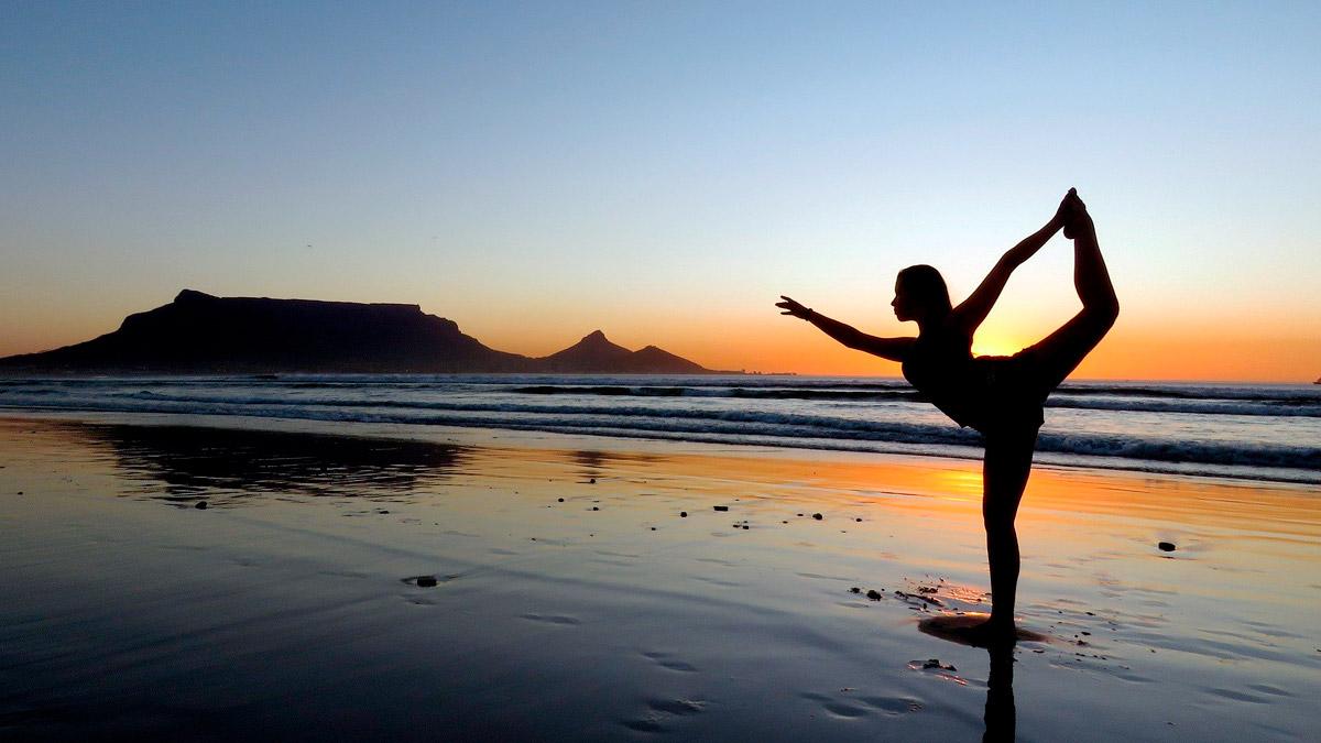 Seguro Salud haciendo yoga